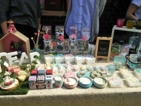 Home-made incense and a range of candles by Dear Factory. Find out more at blog.naver.com/dear-factory